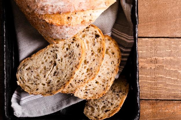 Vista dall'alto fette di pane con semi