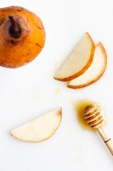 Vista dall'alto fette di pera con miele