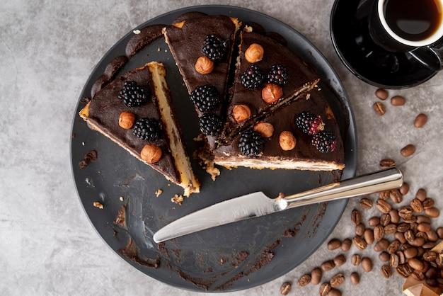 Vista dall'alto fette di torta sul piatto