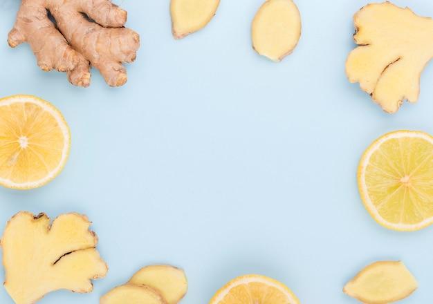 Vista dall'alto fette di zenzero e limone
