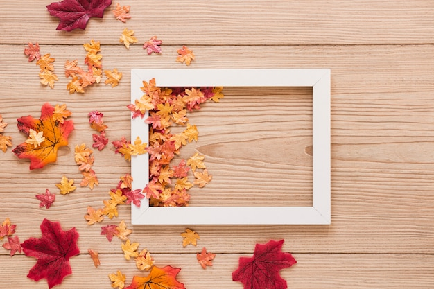Vista dall'alto foglie di autunno con una cornice