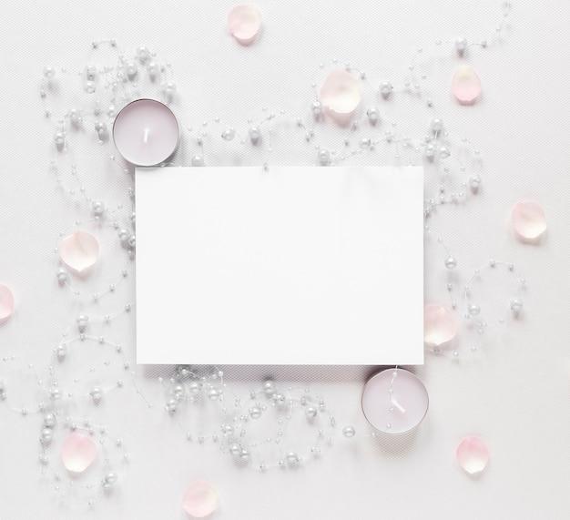 Vista dall'alto foglio di carta bianca con candele