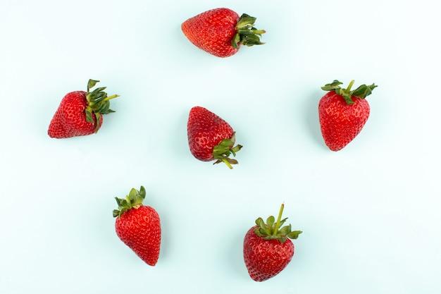 Vista dall'alto fragole rosse fresche fresche succose isolato su sfondo bianco