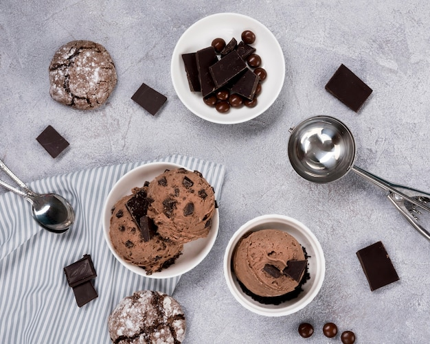 Vista dall'alto gelato al cioccolato sul tavolo