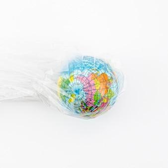 Vista dall'alto glob in busta di plastica