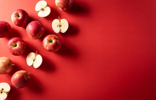 Vista dall'alto, gruppo di mele rosse con spazio di copia.