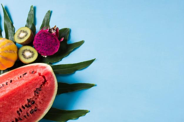 Vista dall'alto gustosa anguria con frutti esotici