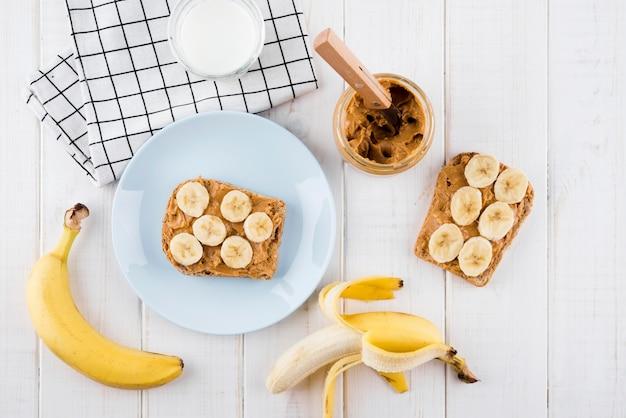 Vista dall'alto gustosa colazione con frutta biologica