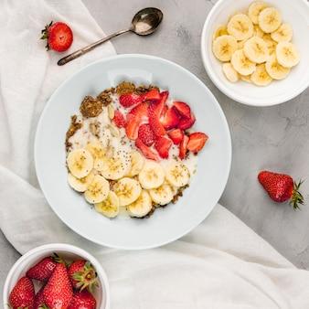 Vista dall'alto gustosa colazione pronta per essere servita