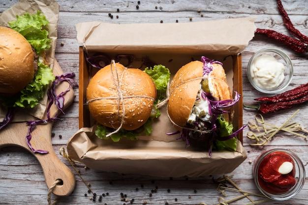 Vista dall'alto gustosa disposizione del menu di hamburger