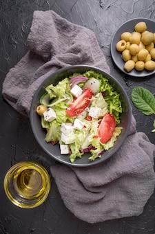 Vista dall'alto gustosa insalata con verdure