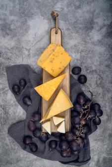 Vista dall'alto gustosa varietà di formaggio con uva sul tavolo