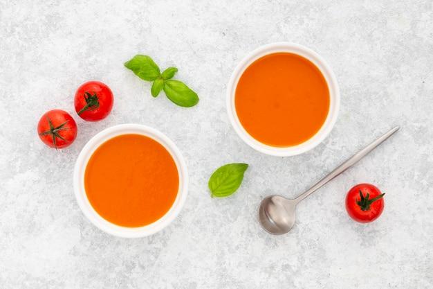 Vista dall'alto gustosa zuppa di pomodoro sul tavolo