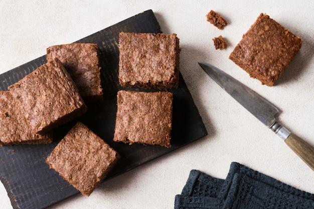 Vista dall'alto gustosi brownies al cioccolato pronti per essere serviti