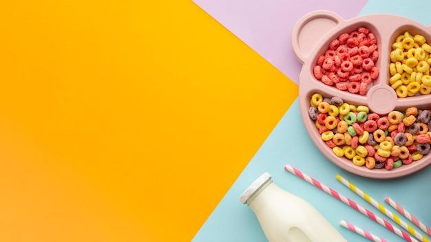 Vista dall'alto gustoso cereale colorato con spazio di copia