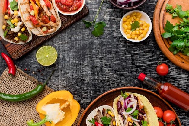 Vista dall'alto gustoso cibo messicano pronto per essere servito