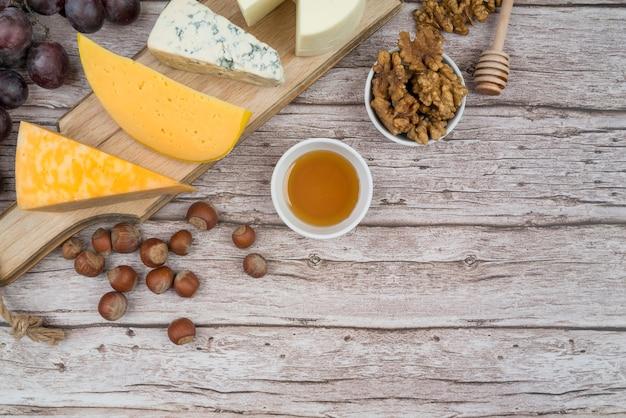 Vista dall'alto gustoso formaggio sul tavolo con spazio di copia