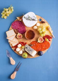 Vista dall'alto gustoso set di snack su un tavolo