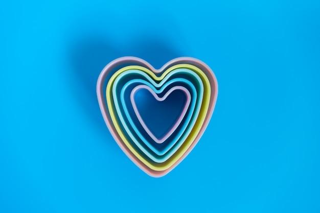Vista dall'alto immagini varie dimensioni di forme di cuore, colori accatastati disposti