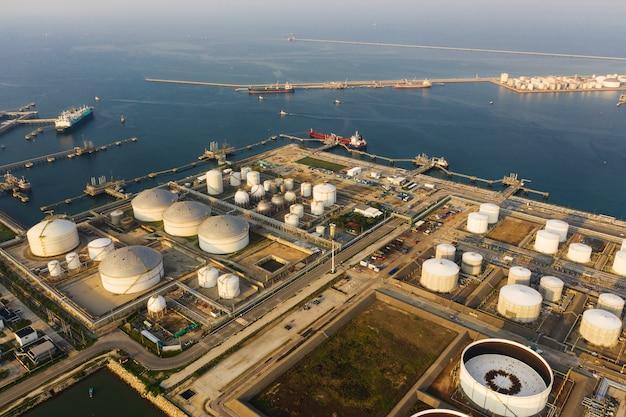 Vista dall'alto impianto industriale terminale petrolifero per lo stoccaggio di petrolio e petrolchimico