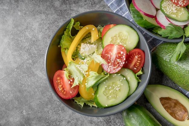 Vista dall'alto insalata fresca con verdure biologiche