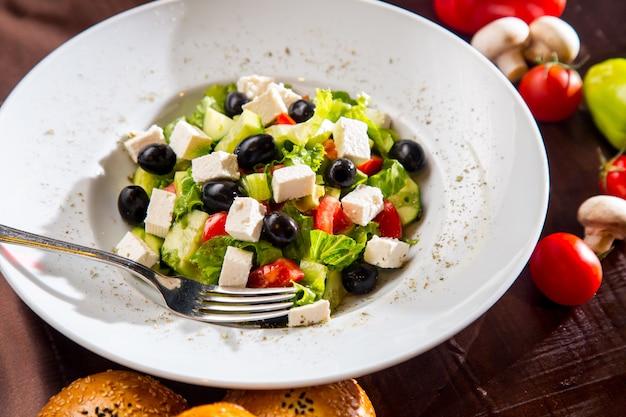 Vista dall'alto insalata greca con pane alle olive nere e funghi