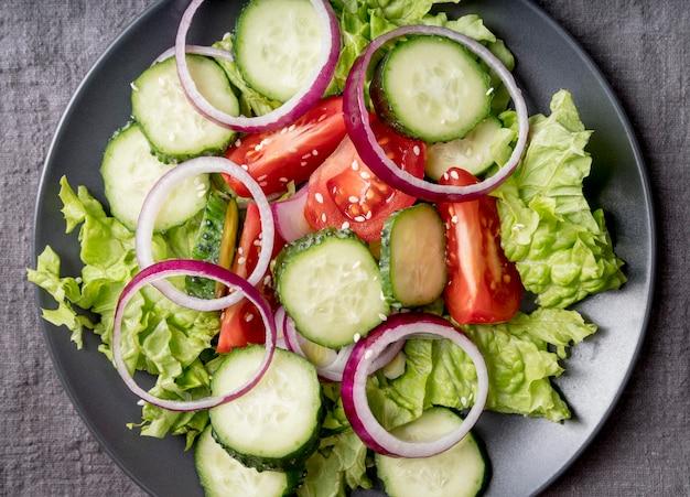 Vista dall'alto insalata nutrizionale pronta per essere servita