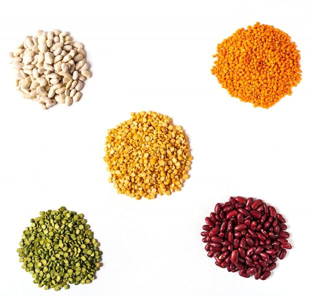 Vista dall'alto l'assortimento di piselli, lenticchie e legumi isolati