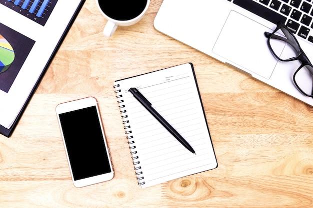 Vista dall'alto laptop sfondo e copia spazio su legno