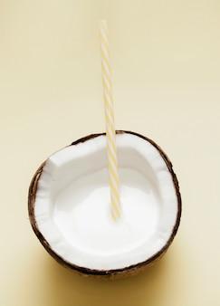 Vista dall'alto latte di cocco con cannuccia di plastica