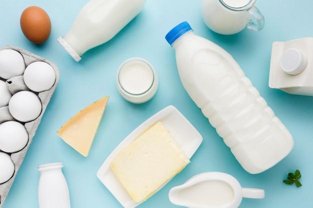 Vista dall'alto latte fresco con uova biologiche sul tavolo