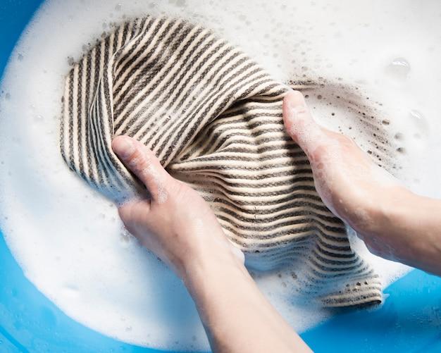 Vista dall'alto lavare i vestiti a mano