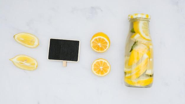 Vista dall'alto limonata con limoni e lavagna