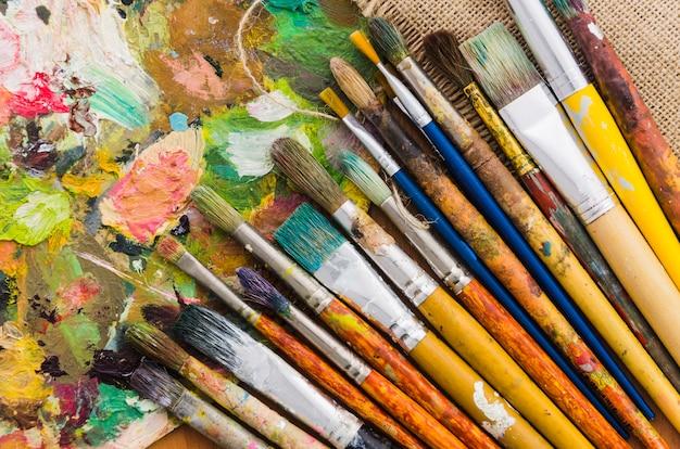 Vista dall'alto linea di matita sporca con tavolozza