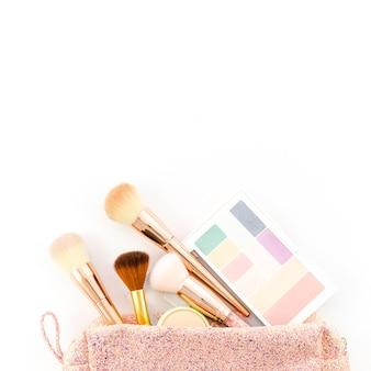 Vista dall'alto make up spazzole nel sacchetto della toilette