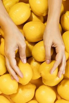 Vista dall'alto mani toccando limoni