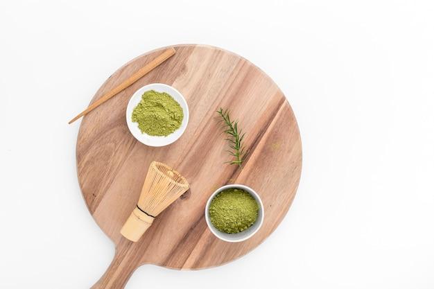 Vista dall'alto matcha in polvere su una tavola di legno