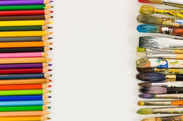 Vista dall'alto matita e pennelli linee