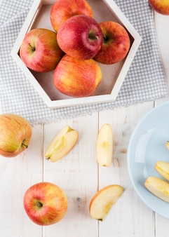 Vista dall'alto mele biologiche sul tavolo