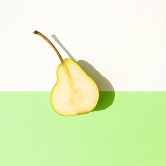 Vista dall'alto metà della pera con ombra