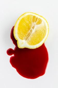 Vista dall'alto metà di limone e coloranti chimici