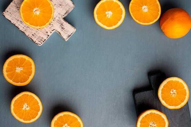 Vista dall'alto mezza cornice di arance sul tavolo