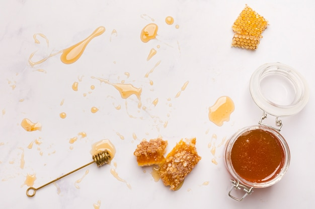 Vista dall'alto miele con pezzi a nido d'ape