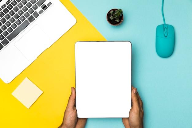 Vista dall'alto mock up tablet con sfondo colorato