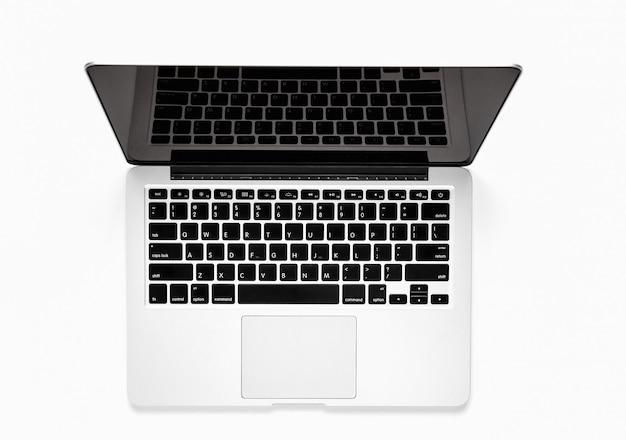 Vista dall'alto, modello di schermo bianco vuoto per computer portatile avanzato su uno sfondo bianco.