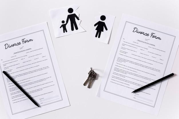 Vista dall'alto moduli di divorzio sul tavolo