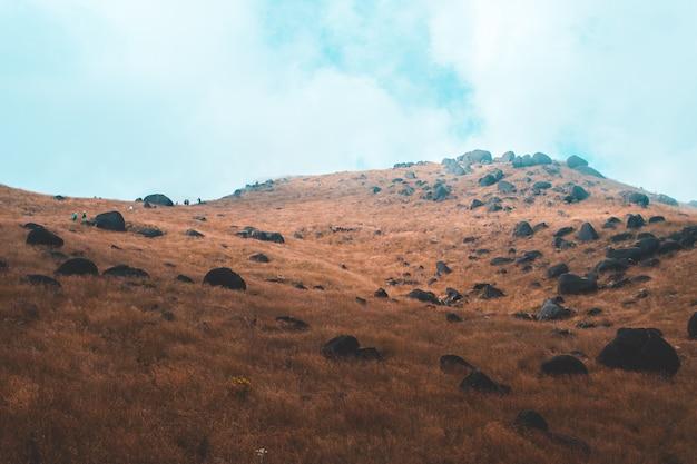 Vista dall'alto mulayit taung luce dorata del sole del mattino e la nebbia coperta sul monte mulayit, myanmar