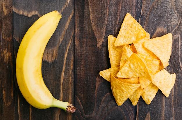 Vista dall'alto nachos vs banana