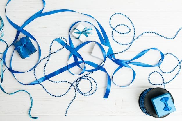 Vista dall'alto nastro blu con doni