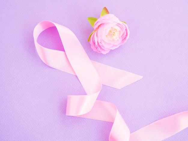 Vista dall'alto nastro rosa con rosa